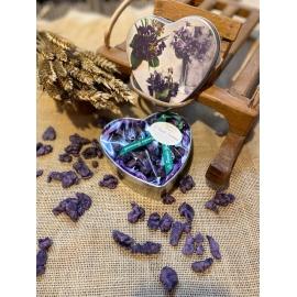 Boite métal coeur garnie 100 g de véritables fleurs de violettes cristalisées
